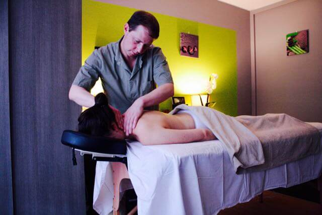 Masseur au salon de massage